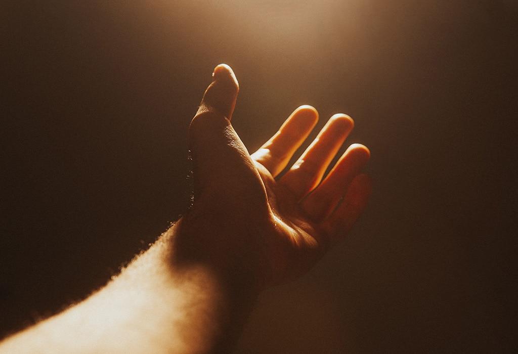 Eine Hand wird offen nach vorne ausgestreckt, berührbar und offen für die Geschenke des Lebens.